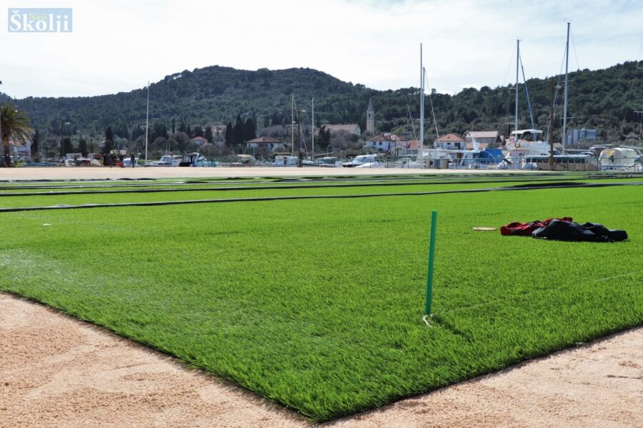 Počelo postavljanje umjetne trave na nogometnom igralištu u Sutomišćici