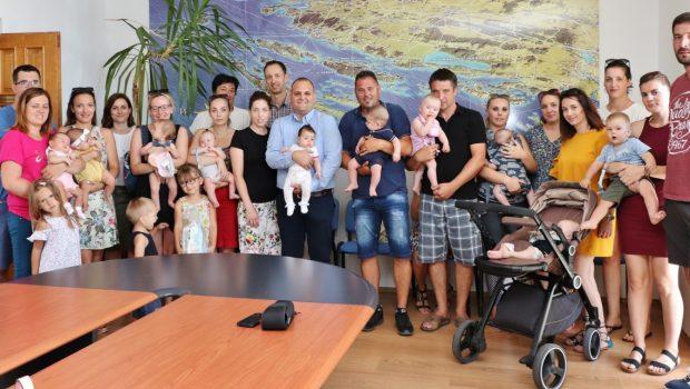 Potpisani ugovori o naknadama za novorođenu djecu sa 18 obitelji