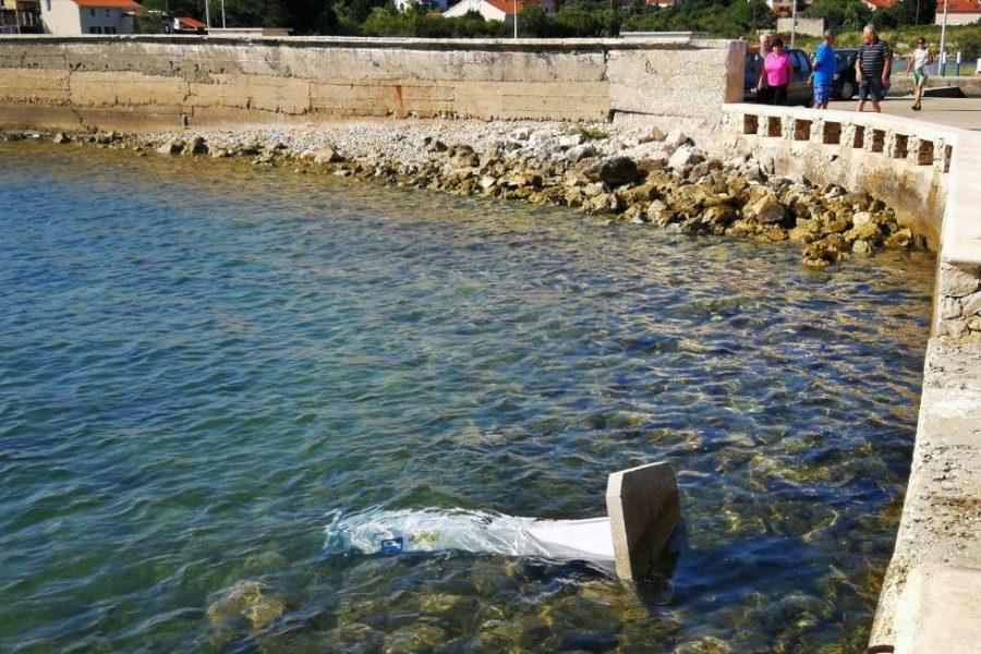 U središtu Ugljana vandali bacili parkirni automat u more
