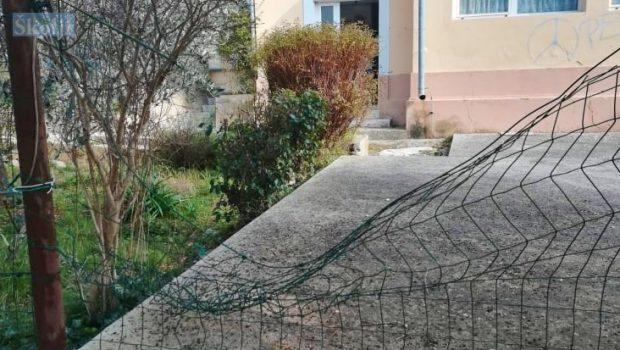 Razbijena ograda na igralištu Dječjeg vrtića Lastavica u Ugljanu