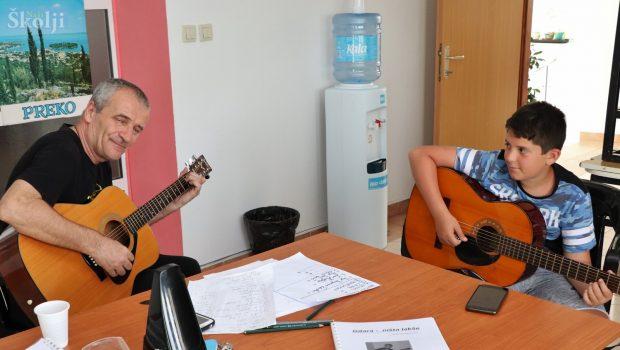 """Na doniranim gitarama naučili poznate """"tulumske"""" pjesme i rifove"""