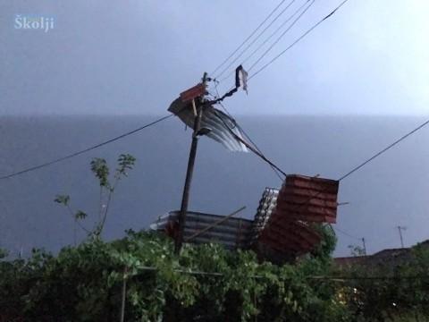 U Čeprljandi olujni vjetar bacio krov s kuće na rasvjetni stup