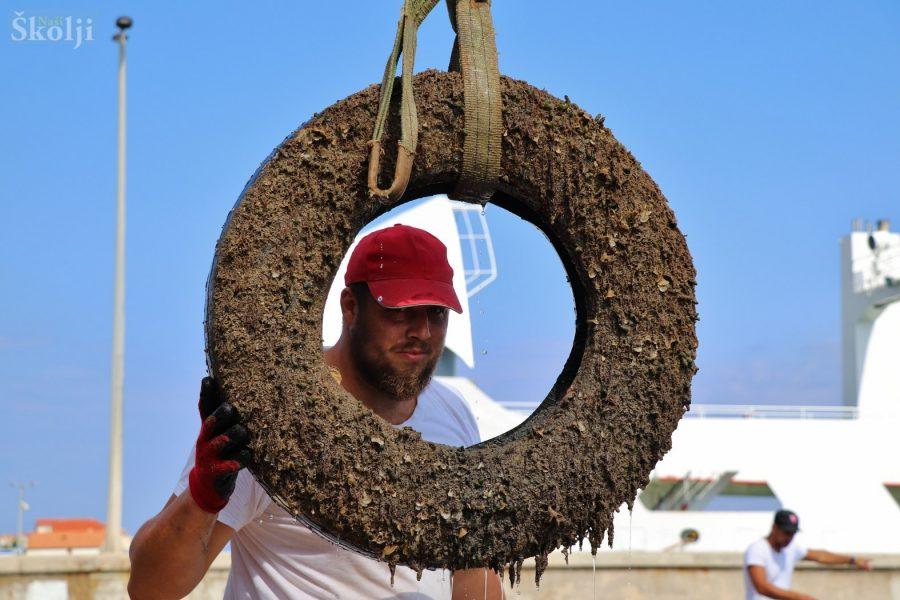 Čišćenje podmorja u trajektnoj luci u Preku