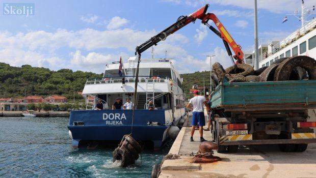 Iz podmorja trajektne luke u Preku izronjeno stotinjak automobilskih guma