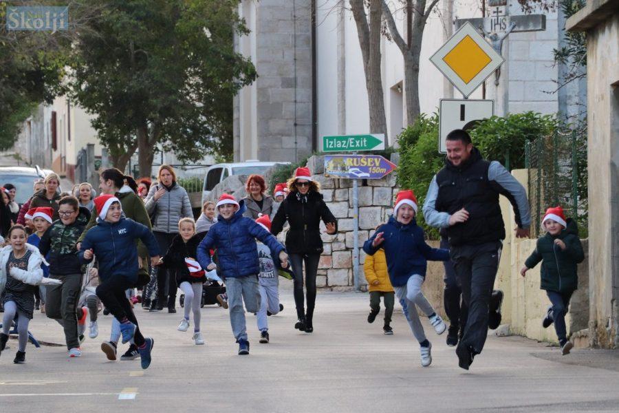 Potraga za blagom završila izradom božićnih kuglica