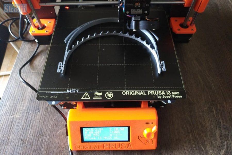 Narodna knjižnica Kali izrađuje zaštitne vizire za liječnike na 3D printeru