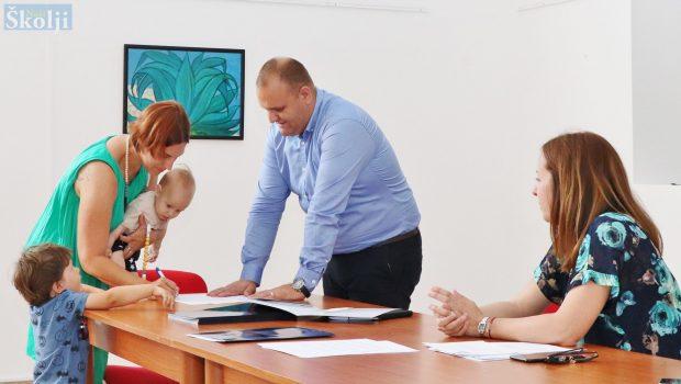Za 15 novorođenih beba u 2020. godini Općina Preko isplatila 225.000 kuna