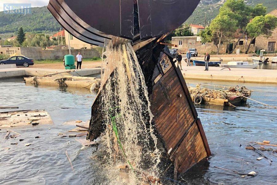 U četiri dana iz luke Mrljane izvučene dvije brodske olupine