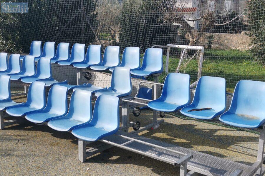 Razbijene stolice na igralištu kod Lučke kapetanije u Preku