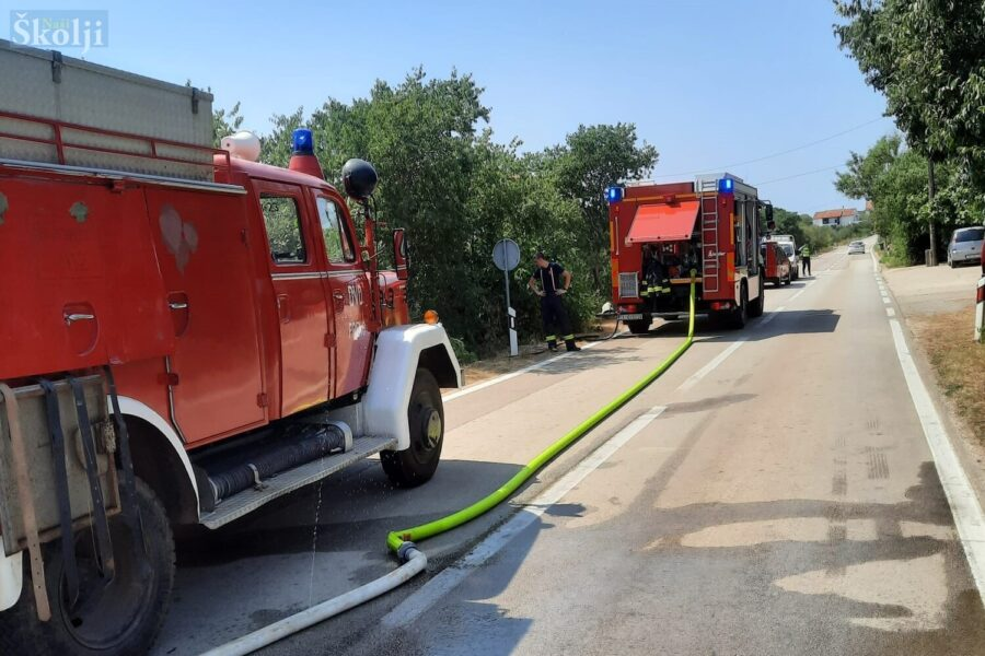 Lokaliziran požar pokraj glavne otočne ceste u Lukoranu