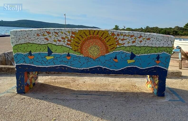 Uvalu Skraća u Gornjem selu krasi unikatna mozaik-klupa posvećena ribarima