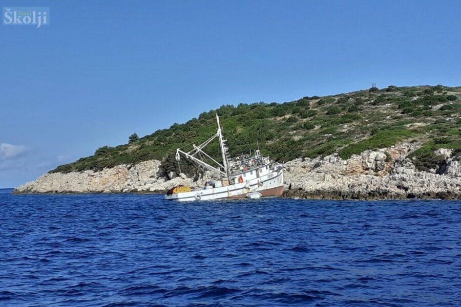 Na otočić Golac kod Dugog otoka nasukao se ribarski brod Belica